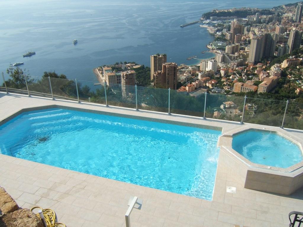 Piscine coque polyester tanzanite 8 alliances piscines - Renovation piscine coque polyester ...